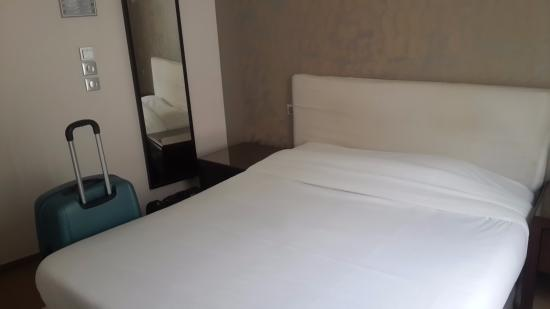 Hotel Sofia: Large and reasonably comfortable bed
