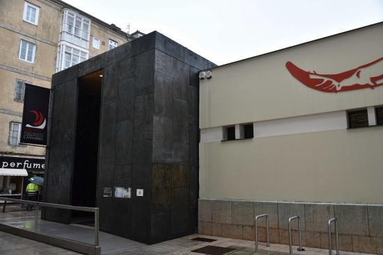 博物館の入口: fotografía de Museo de Prehistoria y Arqueologia de Cantabria, Santan...