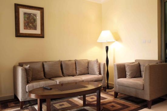 Salon avec meubles modernes de qualité - Photo de Grand MiCasa ACI ...