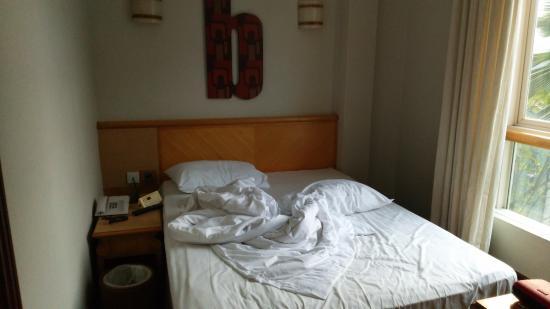 Hotel Bencoolen - Bencoolen Street : 起きたばかりでシーツがくしゃくしゃですが、部屋はこんな感じです。