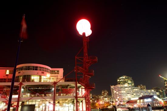 North Vancouver, Kanada: Lonsdale Quay at night.   The light orb is the Q sign for the market