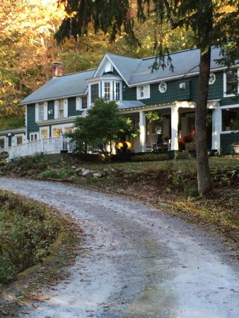 Fox Creek Inn: A view of the inn from the road.