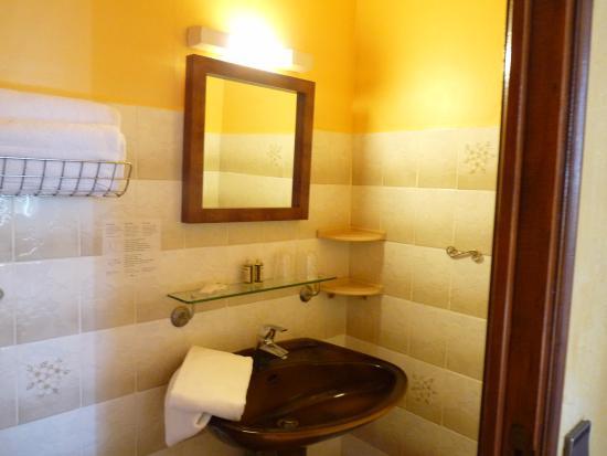 Salle de bains picture of auberge de la table ronde - La table ronde vinon sur verdon ...