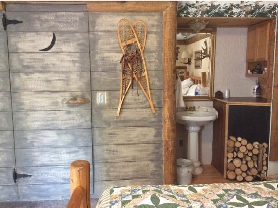 Alaskan Host Bed and Breakfast: Bathroom door