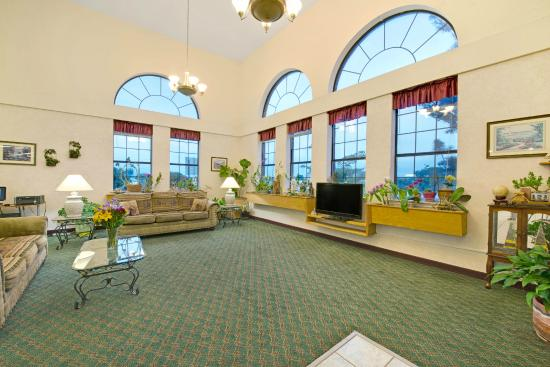 Ramada Decatur: lobby