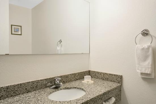 Days Inn Clearfield: Guest Bathroom