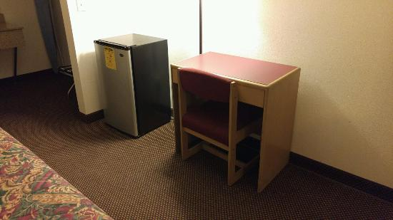 Motel 6 Astoria : Fridge / Desk