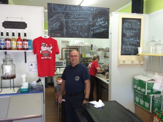 Waynesville, Βόρεια Καρολίνα: Pictured is the owner Rob of Robs Hot Dog Shack...