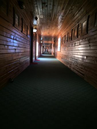 Livingston Inn Motel: Hallway - beautiful wood