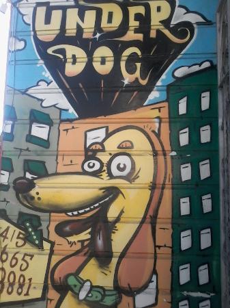 Underdog: Divertente e simpatico murales sul lato del locale