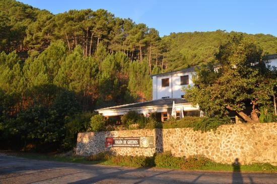 Hostal-restaurante Fogon de Gredos: Hostal fogón de Gredos, en el bosque de pinos