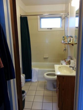 SaraPlacid Inn & Suites: view of bathroom