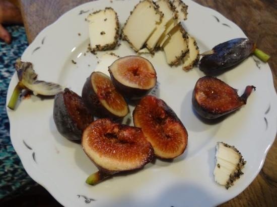 Calvados, Francia: delicious fresh figs and cheese from the market