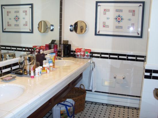 Perry, IA: huge bathroom in Needlework room