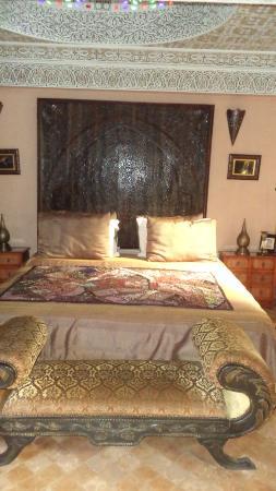 Riad Ibn Battouta: le lit majestueux