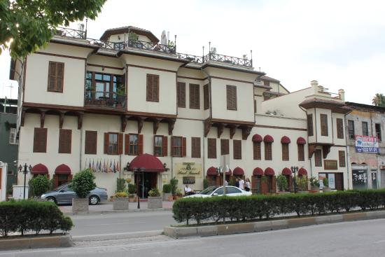 Hotel Bosnali: Hotel exterior from across the main street