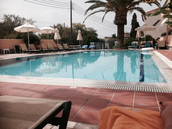 Lefktron Hotel: Relaxing by the pool