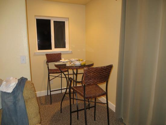 The Tides Inn of Shelter Cove: eating area mini suite