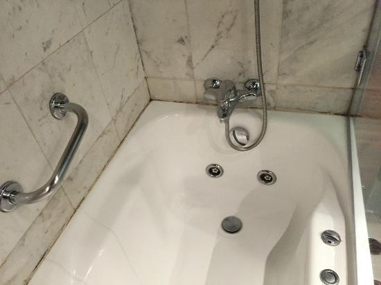 AC Hotel Ciudad de Sevilla: bathtub