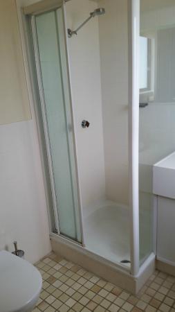 Capricornia Apartments: En-suite shower