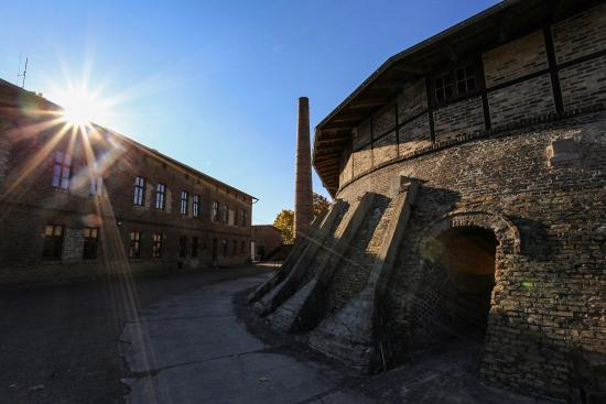 Ziegeleipark: Blick von Außen auf einen der drei begehbaren Ringöfen, im Hintergrund der Schornstein von einem