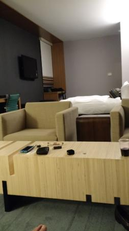 aloft Bolingbrook: Suite view seating to bed