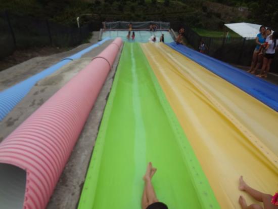 Acceso desde la piscina grande a tobog n solo admite for Toboganes para piscinas