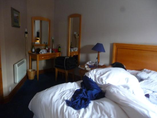 Virginia's Guesthouse Kenmare: good sized room.
