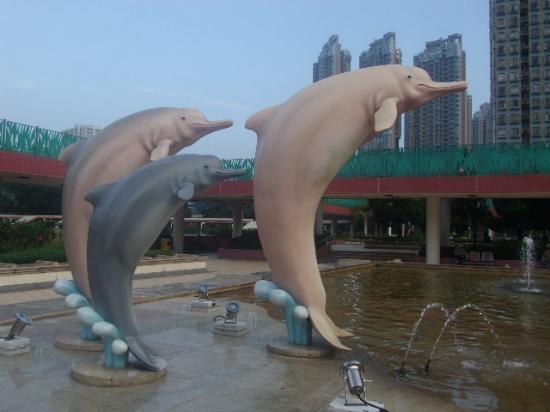 Tuen Mun Town Plaza: イルカのオブジェの様子