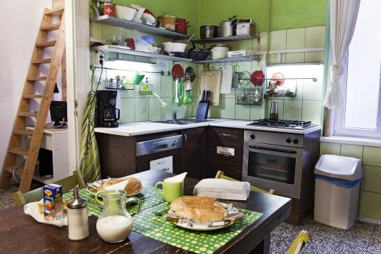 Aventura Boutique Hostel: Aventura Hostel - guest kitchen/continental breakfast