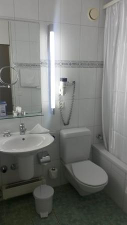 Metropole Hotel Interlaken: Pohled na koupelnu s WC.