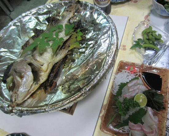 Sanukiya: 鯛の宝楽焼きとお刺身。