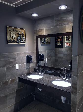 The Leaf Neighbourhood Grill: Cleanest Bathrooms!