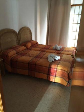 Apartamentos Valencia Portsaplaya: Una de las habitaciones.... la pequeña