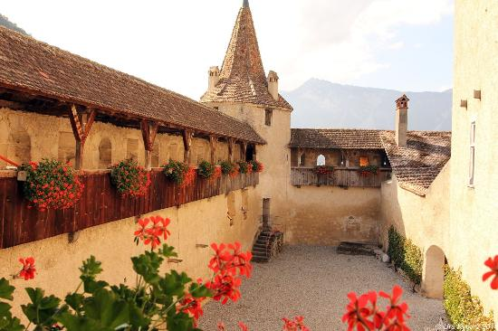 Aigle, Switzerland: Innenhof des Schlosses