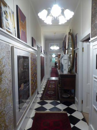 The Chalet Guesthouse and Studio: Main hallway