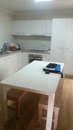 Byron Lakeside Apartments: Kitchen