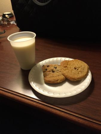Auburn Place Hotel & Suites: After dinner milk and cookies