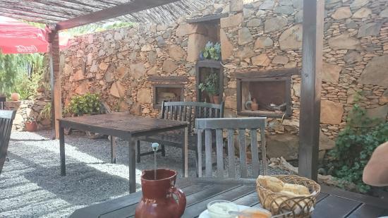 Casa Isaitas : Plats typiques sur une jolie terrasse ombragée