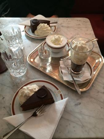 original sachertorte mit kaffeespezialit ten bild von caf sacher innsbruck innsbruck. Black Bedroom Furniture Sets. Home Design Ideas