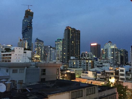 Silom Avenue Inn: 窓からの景色。スコールな日でも部屋内でそれなりに楽しめます。