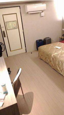 Yuhao Hotel: 兩單床併為一大床及很長的新桌子