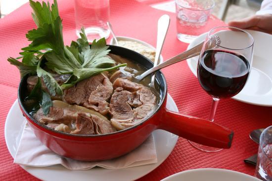 Servoz, Francia: Подают блюдо в кастрюльке, очень горячим!