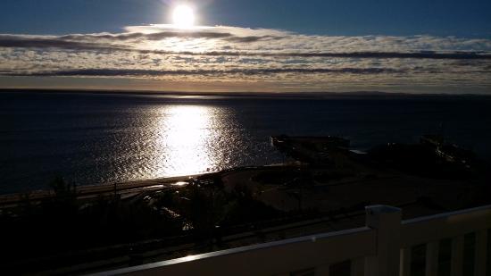 Saint-Simeon, Kanada: Vue du soleil levant sur le St Laurent depuis la chambre 26