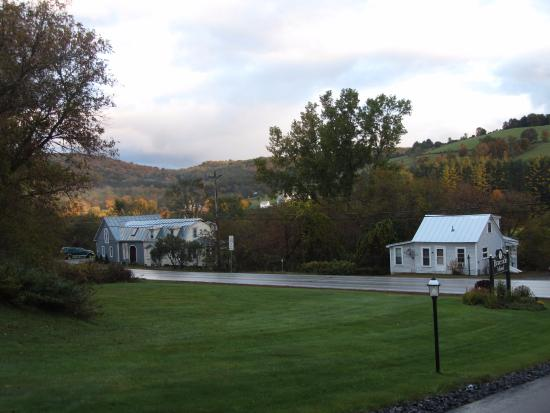 Braeside Lodging : View from the motel driveway