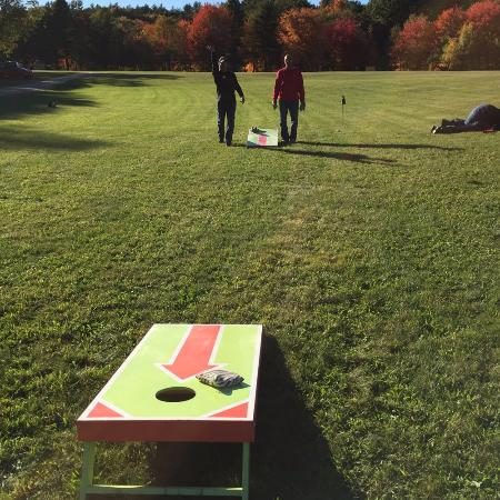 Swanzey, Nueva Hampshire: A little afternoon corn hole tournament.