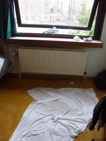 Bruegel Youth Hostel: Avec des chaussettes sales présentes à notre arrivée.