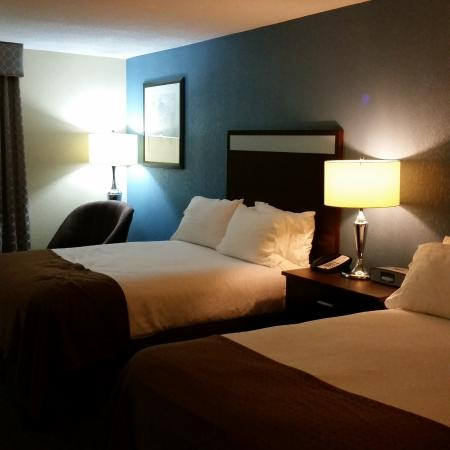 Holiday Inn Lansdale: Double size bed and plenty of pillows (Firm)