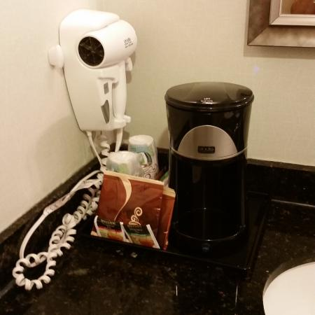 Holiday Inn Lansdale: Coffee and Tea provided in the room