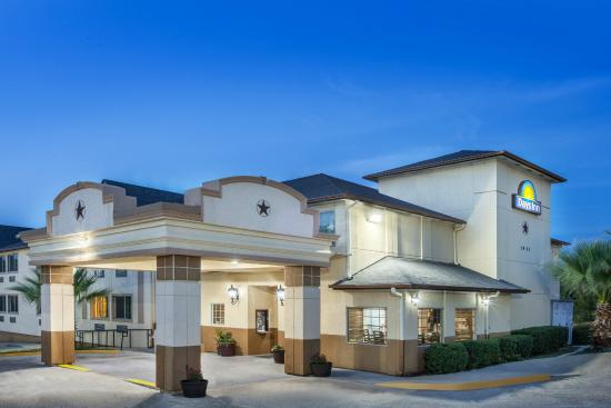 Days Inn by Wyndham Arlington: Days Inn at Dusk
